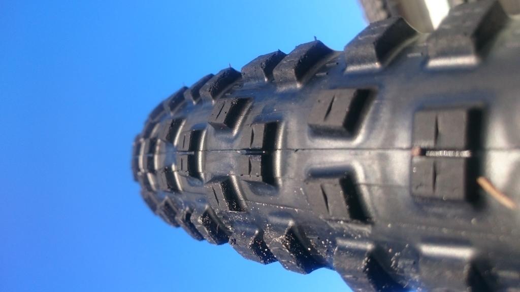 Forholdsvis åpent mønster med myk gummi sørger for knall grep på vått og tørt.