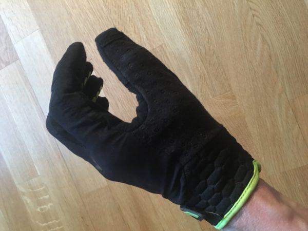 Slik det føltes mest naturlig å ha fingrene i hansken. Formsydd for å holde rundt en holk.